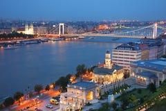 Панорама Будапешта на заходе солнца - известного моста Elisabeth через Дунай увиденный от холма Gellert Стоковое Изображение RF