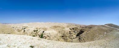Панорама вадей Qelt в пустыне Judean вокруг монастыря St. George правоверного стоковое фото