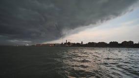 Панорама Венеции в черных облаках грома акции видеоматериалы