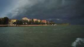 Панорама Венеции в черных облаках грома видеоматериал