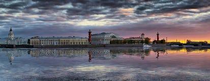 Панорама вертела острова Vasilyevsky в Санкт-Петербурге стоковые фотографии rf