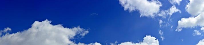 Панорама весны, лета заволакивает на голубое солнечное небо, backgroun Стоковая Фотография