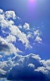 Панорама весны, лета заволакивает на голубое солнечное небо, backgroun Стоковые Изображения