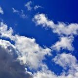Панорама весны, лета заволакивает на голубое солнечное небо, backgroun Стоковое Изображение RF