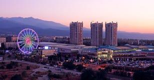 Панорама вечера развлекательного центра МЕГА Алма-Аты покупок стоковая фотография rf