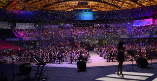 Панорама взгляда этапа, партия, покрашенный Confetti, толпа Стоковые Фото