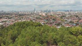 Панорама всего из Куалаа-Лумпур от далеких окраин города Малайзия Отснятый видеоматериал антенны трутня Полет над сток-видео