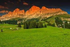 Панорама в доломитах Италии, группа горы захода солнца Rosengarten Стоковое Изображение RF