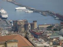 Панорама гавани Неаполь при замок Angioino увиденный высокорослое одним Италия Стоковая Фотография
