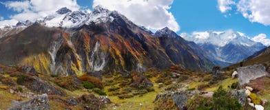 Панорама Гималаи гор стоковые фотографии rf