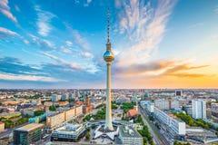 Панорама горизонта Берлина с башней на восходе солнца, Германией ТВ Стоковое Фото