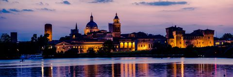 Панорама горизонта города Mantua на заходе солнца стоковые фото
