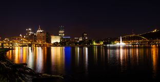 Панорама горизонта Питтсбург вечером стоковая фотография