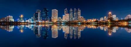 Панорама горизонта Benjakiti Park City городского на ноче с w Стоковые Фотографии RF