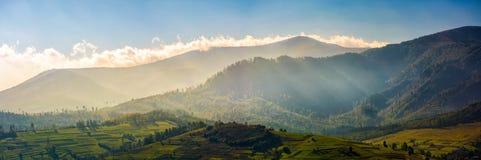 Панорама гористого сельского района на восходе солнца Стоковая Фотография
