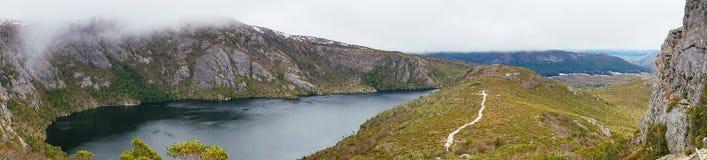 Панорама горного пика с озером Стоковые Изображения RF