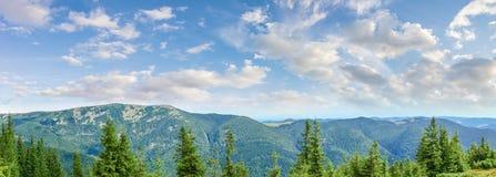 Панорама горной цепи в прикарпатских горах Стоковые Фотографии RF
