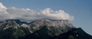 Панорама горной цепи и облаков Стоковая Фотография
