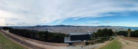 Панорама города Барселоны от monjuic замка показывая горизонт города с дистантными холмами и небом Стоковая Фотография RF