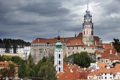 Панорама города и исторического замка в Cesky Krumlov взгляд городка республики cesky чехословакского krumlov средневековый стары Стоковые Фотографии RF