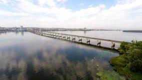 Панорама города и реки от высоты сток-видео