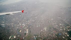 Панорама города Манилы от окна самолета летания Стрельба во время полета philippines видеоматериал
