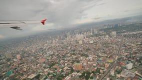 Панорама города Манилы от окна самолета летания Стрельба во время полета philippines акции видеоматериалы