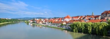 Панорама города Марибора, Словении Река, здания и горы Дравы Марибора стоковая фотография