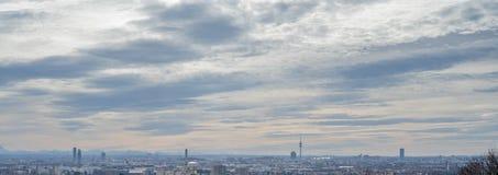 Панорама города Мюнхена с голубым небом и облаками стоковое фото