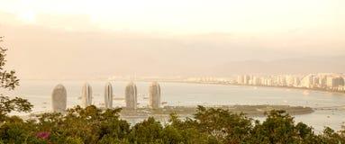 Панорама города Sanya, взгляд города в высшей точке, острове Феникса Стоковая Фотография RF