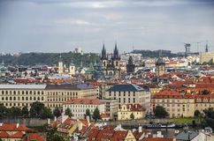 Панорама городка Праги старого с красными крышами, известным рекой Карлова моста и Влтавы, чехией Стоковое Изображение RF