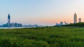 Панорама городского пейзажа Ухань на заходе солнца с di Wuchang и Hankou стоковые изображения rf