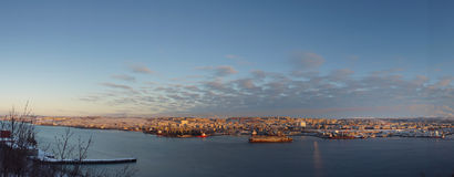 Панорама города моря на заходе солнца, старый док корабля стоит на пристани в середине залива Стоковое Изображение
