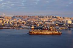 Панорама города моря на заходе солнца, старый док корабля стоит на пристани в середине залива Стоковые Фото