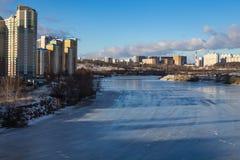 Панорама города над замороженным рекой Стоковая Фотография RF