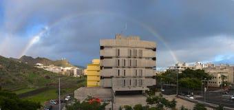 Панорама города с радугой стоковая фотография rf