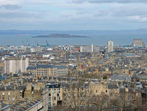 Панорама города Эдинбурга с лиманом вперед реки в расстоянии Стоковое Изображение