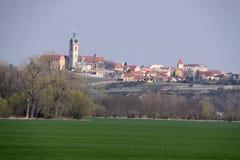 Панорама города Melnik с высокой башней над полем Стоковое фото RF