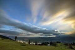 Панорама горы ночи лета Зеленая травянистая расчистка горы, елевые деревья на голубой выравниваясь предпосылке космоса экземпляра стоковые фотографии rf