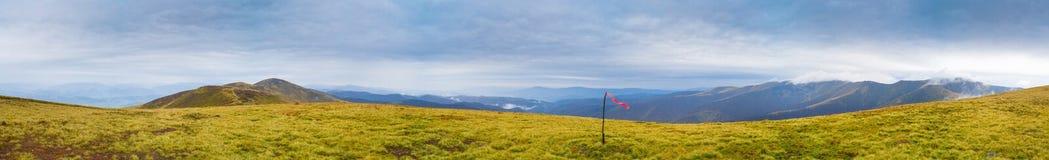 Панорама горы осени с эмблемой революции на пике Стоковое Изображение