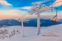 Панорама гор зимы с подъемами лыжи Стоковая Фотография