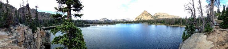 Панорама гор озера Uinta от скалы на озере зазубрин, Юте, США Стоковые Фотографии RF