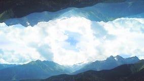 Панорама гор с влиянием зеркального отображения r Красивый взгляд сверху зеленых долин гор на предпосылке видеоматериал