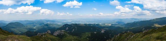 Панорама гор Ciucas, Румынии, солнечного летнего дня, голубого неба и красивых облаков Стоковое Изображение RF