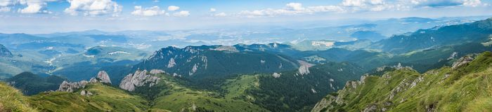 Панорама гор Ciucas, Румынии, солнечного летнего дня, голубого неба и красивых облаков Стоковое Изображение