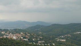 Панорама деревни долины в пасмурном летнем дне, Барселоне сток-видео