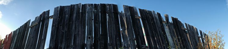 Панорама деревянной загородки бежать в безграничность стоковые изображения