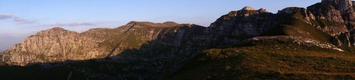 Панорама держателя Bucsoiu, держателя Padina Crucii и держателя Tiganesti от гор Bucegi Стоковая Фотография RF