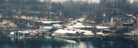 Панорама домов маленьких работников промышленных на озере внутри Стоковое Изображение RF