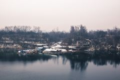 Панорама домов маленьких работников промышленных на озере внутри Стоковые Фото